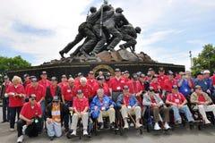 Veteranos em um monumento Fotos de Stock Royalty Free