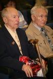 Veteranos, inhabilitados y personas mayores, pensionistas, espectadores del concierto de la caridad Fotos de archivo libres de regalías