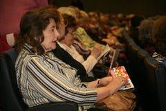 Veteranos, inhabilitados y personas mayores, pensionistas, espectadores del concierto de la caridad Foto de archivo libre de regalías