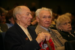 Veteranos, inhabilitados y personas mayores, pensionistas, espectadores del concierto de la caridad Imagen de archivo