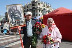 Veteranos mayores de la guerra con un retrato del mariscal Fotos de archivo libres de regalías