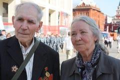 Veteranos mayores de la guerra en el centro de Moscú Foto de archivo libre de regalías