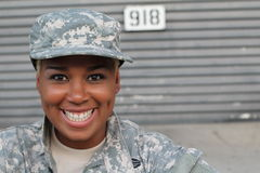 Veteransoldat som ler och skrattar Afrikansk amerikankvinna i militären