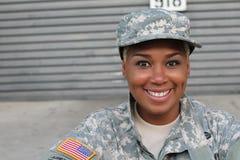Veteransoldat som ler och skrattar Afrikansk amerikankvinna i militären royaltyfri bild