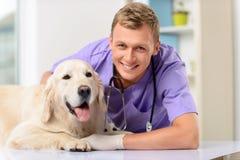 Veterinário profissional que examina um cão Fotografia de Stock