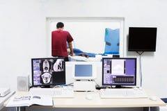 Veterinär- doktor med MRI-datorkontroll Arkivbilder