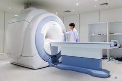 Veterinär- doktor som arbetar i MRI-rum arkivbild