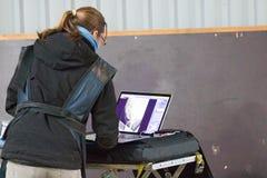 Veterinär- forskning för hästar med röntgenstrålen i en lamslagen häst hästen kan ej längre gå royaltyfri fotografi