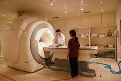 Veterinaire arts die in MRI-scannerruimte werken Royalty-vrije Stock Fotografie