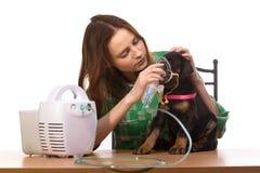 Veterinar und Welpe mit Inhalator mit Inhalator Lizenzfreies Stockfoto