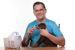 Veterinar y perrito con el inhalador con el inhalador Fotografía de archivo
