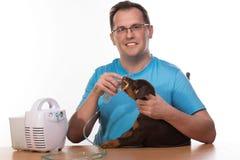 Veterinar y perrito con el inhalador con el inhalador Imagenes de archivo