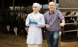 Veterinario che parla con agricoltore Fotografia Stock