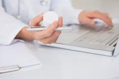 Veterinario che scrive sulla tastiera le prescrizioni a macchina Fotografia Stock