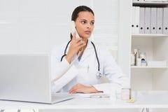 Veterinario che telefona e che per mezzo del computer portatile Fotografie Stock Libere da Diritti