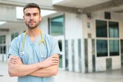 Veterinario de sexo masculino de la enfermera con el estetoscopio y la tableta Foto de archivo libre de regalías