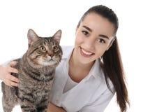 Veterinario doc. con el gato en blanco foto de archivo