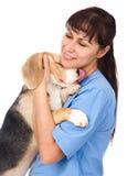 Veterinario Hugging Puppy Aislado en el fondo blanco Foto de archivo