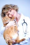 Veterinario médico sonriente Fotografía de archivo libre de regalías