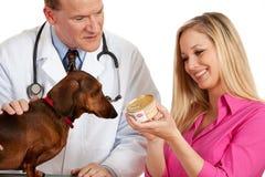 Veterinario: Sostener una poder de comida de perro Fotografía de archivo