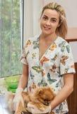 Veterinario y perro de la mujer de Portait fotografía de archivo libre de regalías