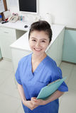Veterinário de sorriso no escritório, retrato Imagens de Stock Royalty Free