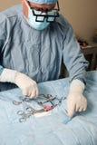 Veterniarian que realiza la operación de la esterilización encendido Imagen de archivo