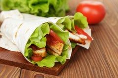 Vetetortilla med höna och grönsaker Arkivfoto