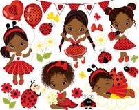 Vetor ajustado com as meninas afro-americanos pequenas bonitos e os joaninhas ilustração royalty free