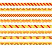 Vetor amarelo e grupo de fitas de advertência perigoso colorido vermelho isolado no fundo branco, linhas alertas ilustração do vetor