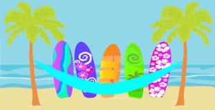 Vetor com palmeiras, a rede paraguaia, e a prancha colorida na praia fotos de stock royalty free