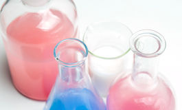 Vetreria per laboratorio con i liquidi dei colori differenti Fotografia Stock Libera da Diritti