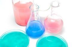 Vetreria per laboratorio con i liquidi dei colori differenti Immagini Stock