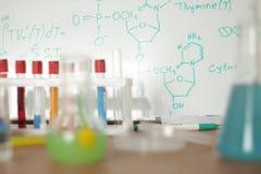 Vetreria per laboratorio con liquido variopinto fotografia stock libera da diritti