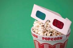vetri 3D & una benna di popcorn Immagini Stock Libere da Diritti