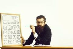 Vetri barbuti di professore dell'uomo con il calcolatore fotografie stock