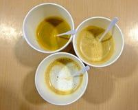 Vetri bianchi caldi della tazza di caffè su una tavola di legno Fotografia Stock Libera da Diritti