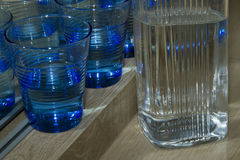 Vetri blu per acqua ed il barattolo immagine stock libera da diritti