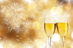 Vetri con champagne contro i fuochi d'artificio Immagini Stock