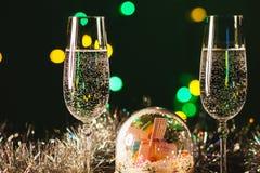 Vetri con champagne contro i fuochi d'artificio e le luci di festa - Ce Fotografie Stock Libere da Diritti