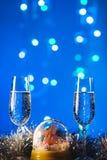 Vetri con champagne contro i fuochi d'artificio e le luci di festa - Ce Immagini Stock