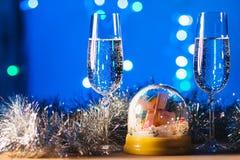 Vetri con champagne contro i fuochi d'artificio e le luci di festa - Ce Immagini Stock Libere da Diritti