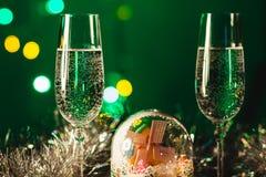 Vetri con champagne contro i fuochi d'artificio e le luci di festa - Ce Fotografia Stock Libera da Diritti