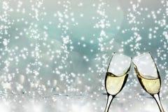 Vetri con champagne contro le luci di festa Immagine Stock