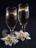 Vetri con champagne e gli occhielli di cerimonie nuziali Fotografie Stock Libere da Diritti