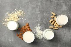 Vetri con differenti tipi di latte e di ingredienti fotografie stock