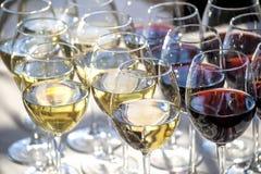 Vetri con il primo piano del vino rosso bianco e Immagini Stock