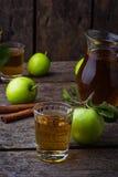 Vetri con il succo di mele sulla tavola di legno Immagini Stock Libere da Diritti