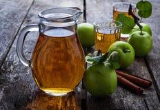 Vetri con il succo di mele sulla tavola di legno Fotografia Stock Libera da Diritti