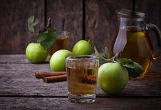 Vetri con il succo di mele sulla tavola di legno Fotografie Stock Libere da Diritti